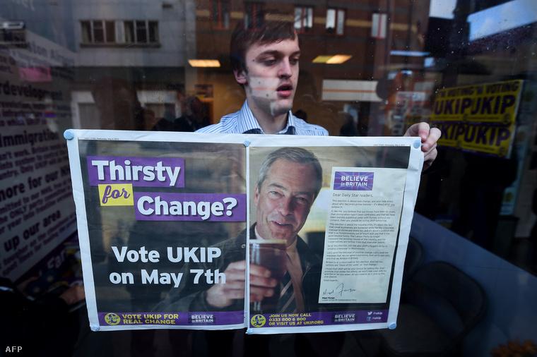 Egyesült Királyság Függetlenségi Pártjának (UKIP) választási plakátját függeszti ki a párt egyik támogatója Ramsgate-ben, 2015. május 6-án.