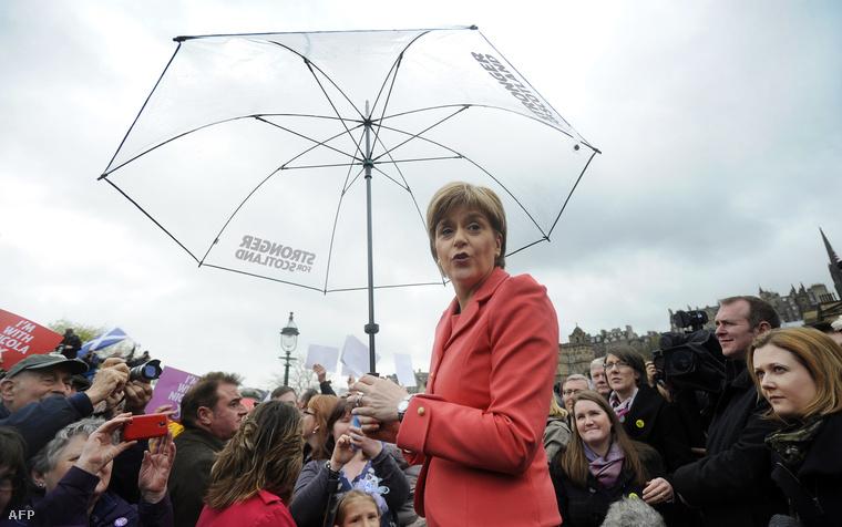 Nicola Sturgeon az SNP vezetője kampánykörútjának edinburgh-i állomásán, 2015. május 6-án.