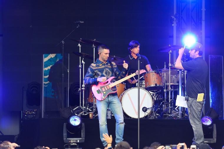 Adam Levine a Maroon 5 frontembere Jimmy Kimmel műsorában lépett fel
