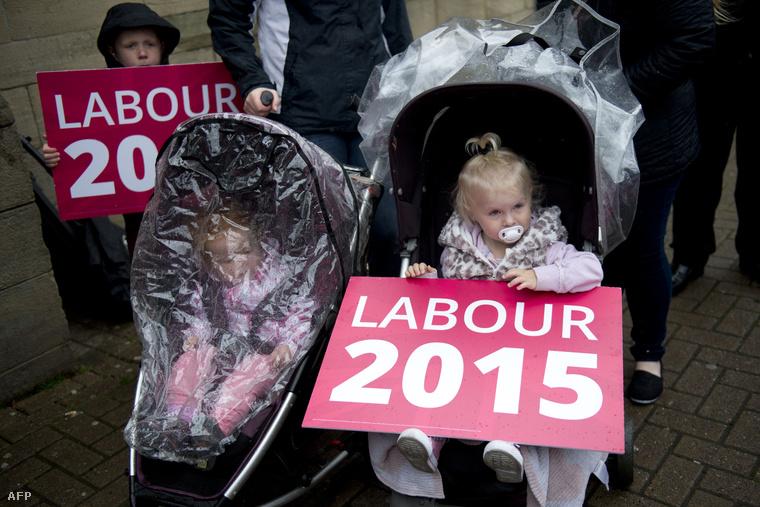A Munkáspárt támogatói várnak Ed Miliband kampánybeszédére Colne-ban, 2015. május 6-án.