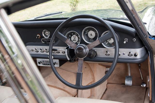 Innen nézve erősen németes a műszerfal, mint a háború utáni BMW-ké