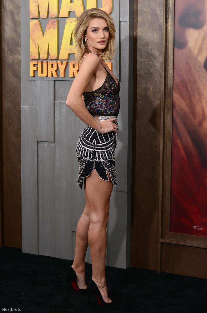 Szép, izmos lábai vannak a modellnőnek.