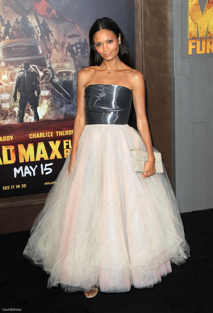Thandie Newton színésznő is követte a melltartótlan divatot, mondjuk neki szokása.