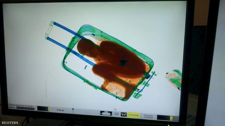 A reptéri szkenneren látták meg a bőröndben csempészett fiút