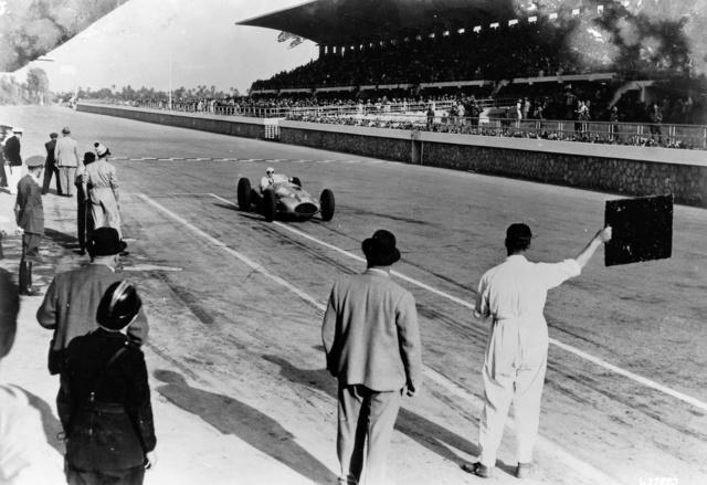 1939. május 7., Tripoli. Hermann Lang éppen elsőként ér célba a W165-össel