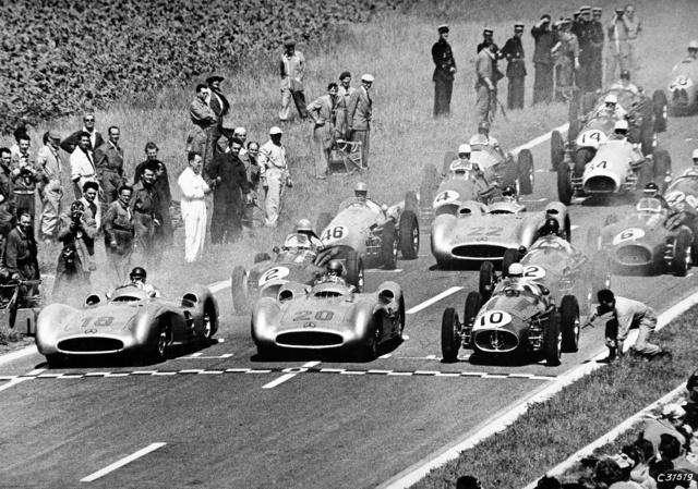 1954. július 4., Francia Nagydíj, Reims, áramvonal-karosszériás W196R-ek. Fangio a 18-as, Kling a 20-as, Hermann a 22-es rajtszámú autóban