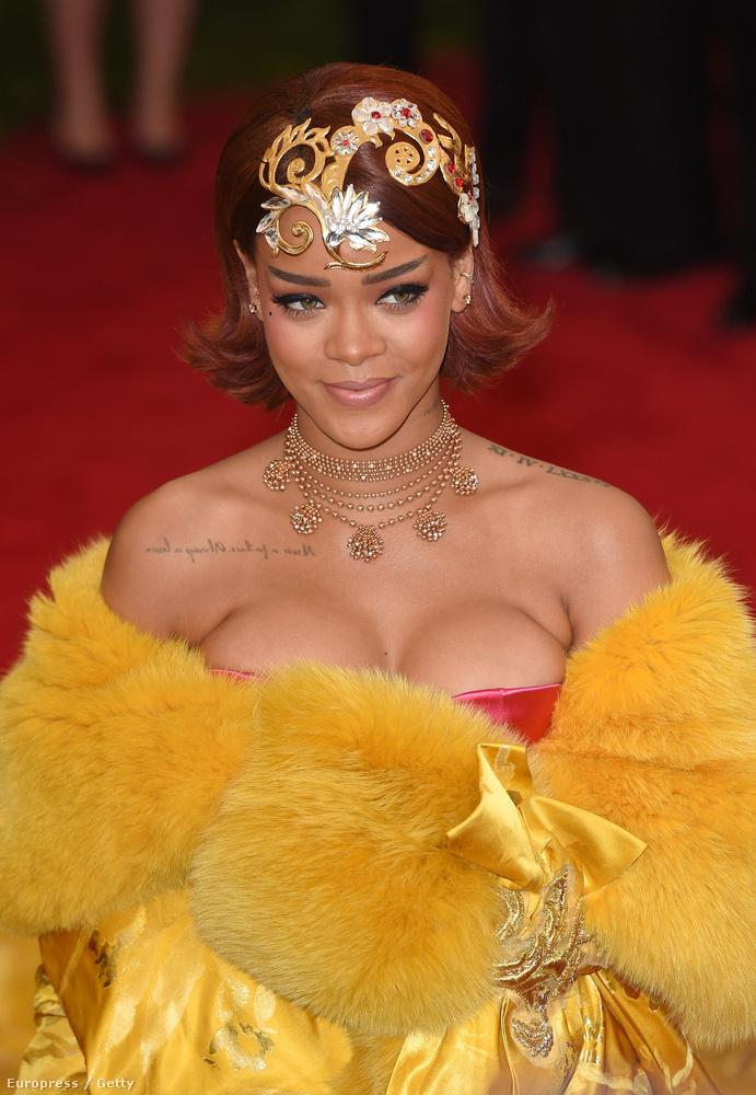 Rihanna az idei MET-bálon egy gyönyörű és óriási Guo Pei kreációban vett részt, amelyről itt szép hosszan értekeztek díványos kollégáink