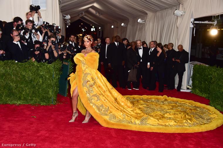 Bizarrabnál bizarrabb ruhák, meg majdnem meztelen celebnők árasztották el ezen a héten az internetet