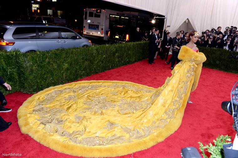 De nem csak azért volt fontos ez a hét, mert megszületett a hercegnő, vagy mert RSG Európa-bajnokság volt, hanem mert megtartották a MET gálát, Rihanna pedig omlettnek öltözött.