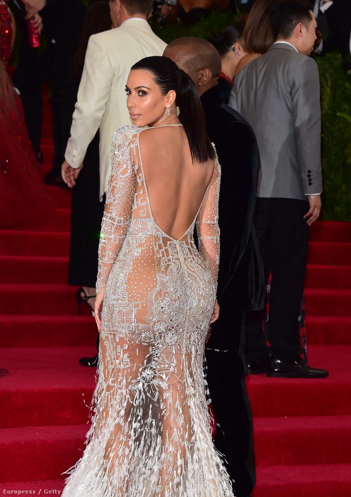 Kim Kardashian magához képest még visszafogott volt, de azért így is villantott csupasz bőrfelületeket
