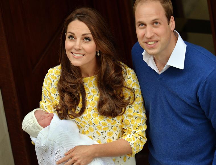 Szóval ha még nem unná nagyon, nézze meg megint Sarolta hercegnőt és anyját, Katalin hercegnét, aki így nézett ki tíz órával a vajúdás megkezdése után.