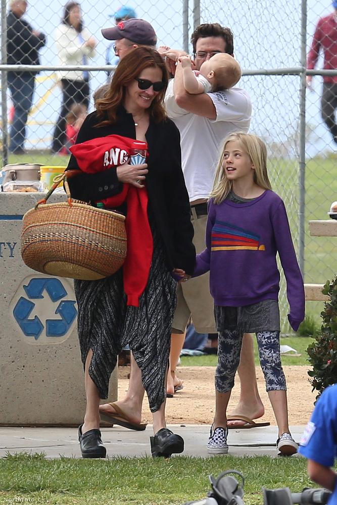 A színésznő elég anyukásan néz ki, ami nagyon jól áll neki.