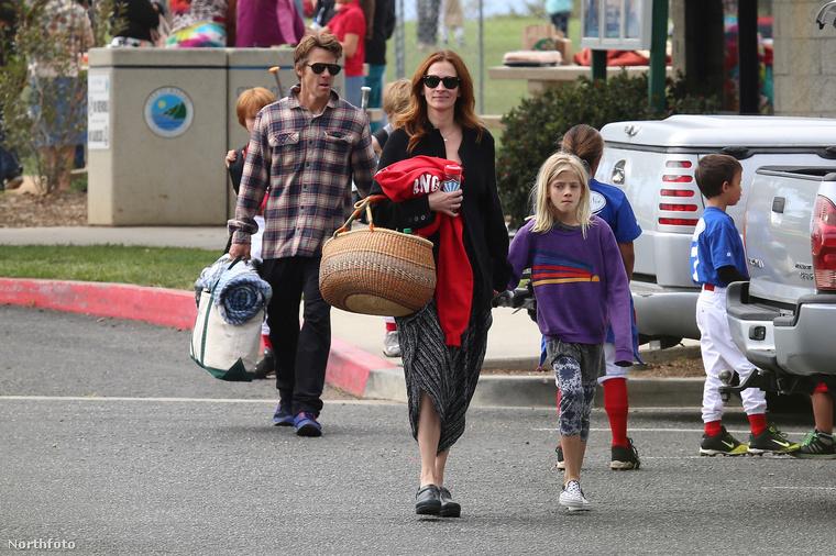 A színésznő egész családjával együtt vonult ki a malibui Bluff's Parkba, hogy együtt szurkoljanak fia, Phinnaeus baseballmeccsén.