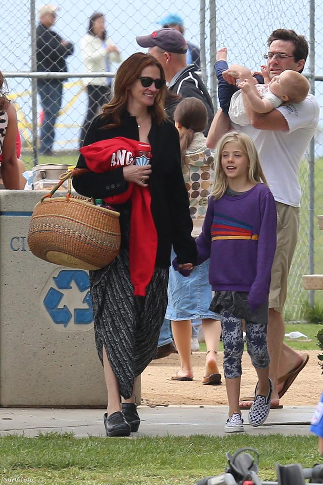 Roberts kislánya kezét fogva érkezett egyébként.
