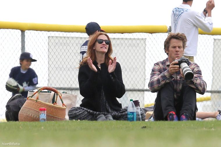 Pedig izgatottan követi a meccs állását, miközben férje, Danny Moder a családi fotókat készíti.