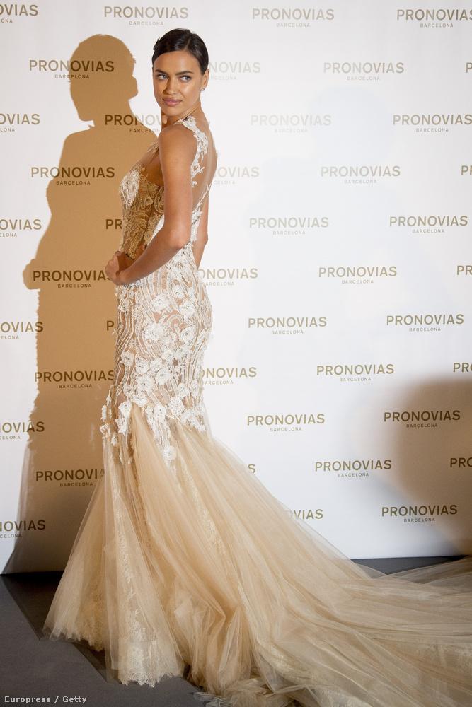 Irina Sejk egy sajtótájékoztatón is pózolt egyet a divatbemutató után