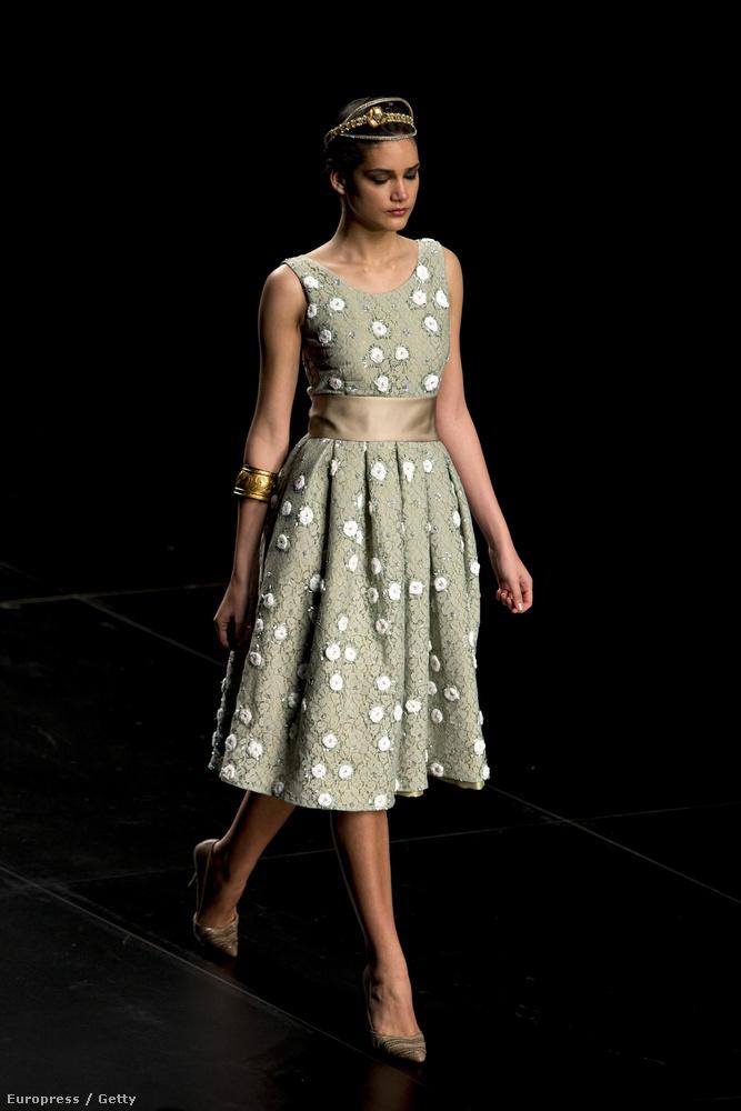 Meg persze ezt is, hiszen ez a ruha szinte nem is különlegesen elegáns, ezért elég meglepő dolog, hogy menyasszonyi ruhának szánták