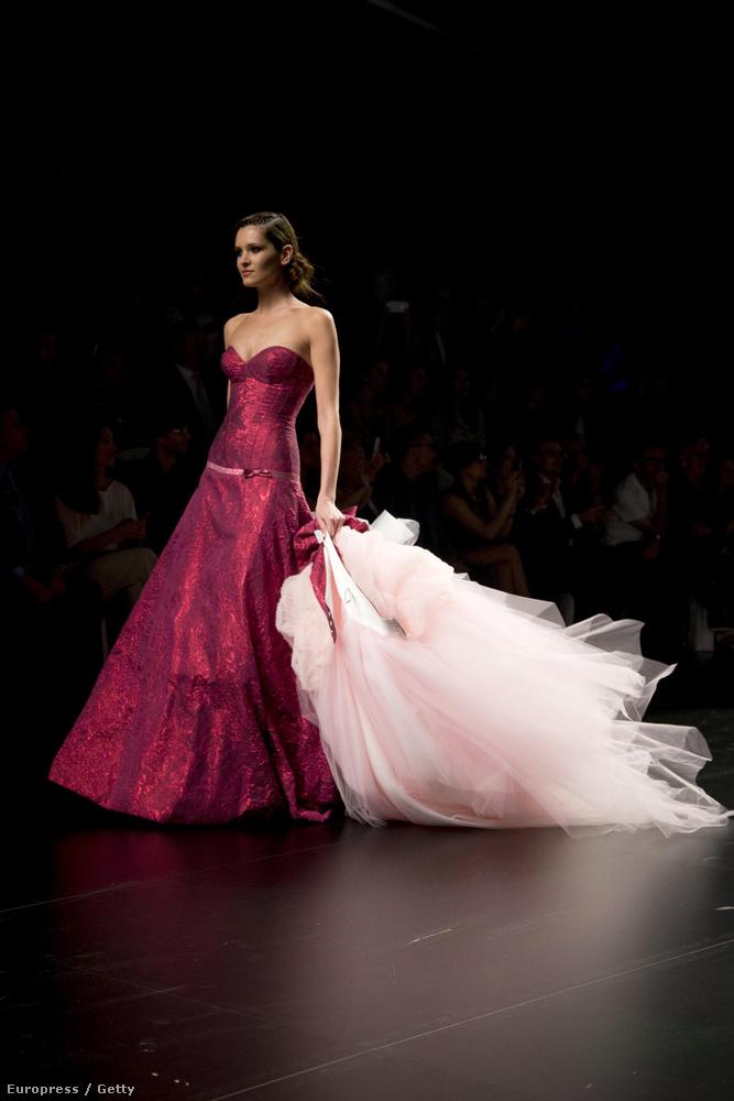 Ez olyan, mintha egy sima báli ruha lenne, amihez a menyasszony hozzáfogott egy göngyölegnyi tüllt