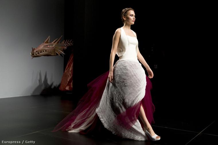Ez a tervező nagyon szereti a különböző színeket, persze, szerintünk is uncsi lenne, ha a világon minden menyasszony kizárólag fehérben esküdne