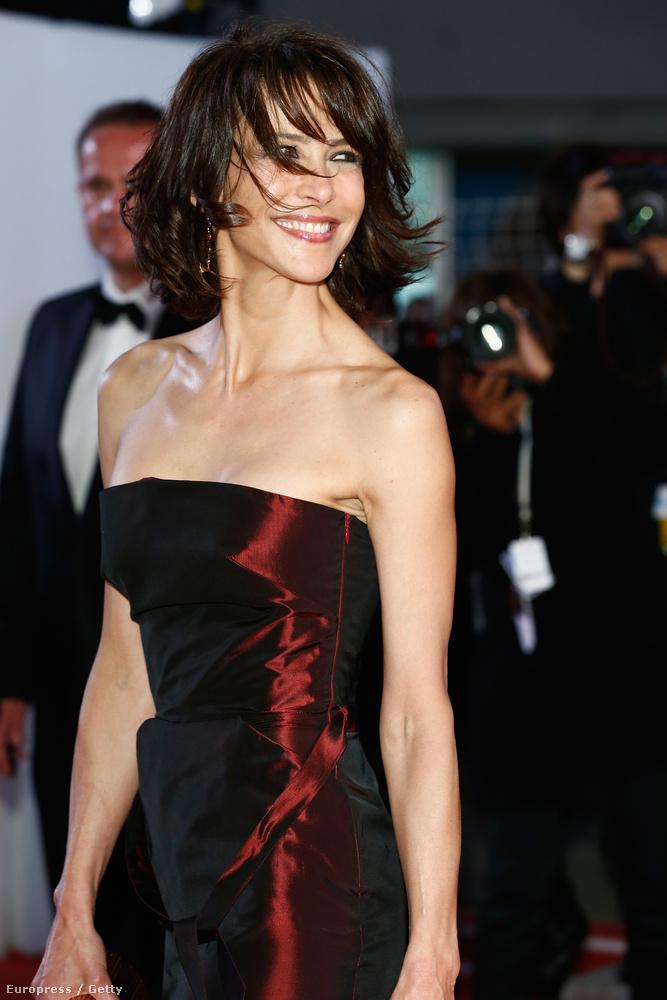 2014Nehéz megmondani, hogy a képen egy kigyúrt tini, vagy egy 48 éves francia színésznő látható.