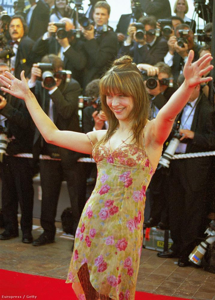 1998A rendkívül felszabadult Sophie Marceau a vörös szőnyegen