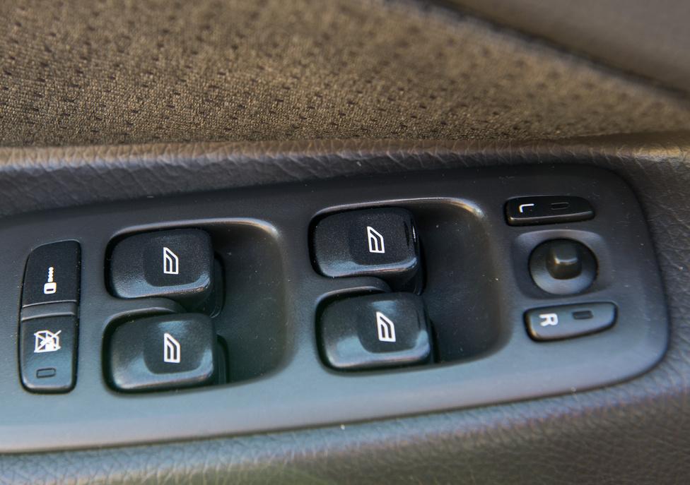 A vezetőoldali ablakemelő csúcsáról nem a tapintásjavító gumi kopott le VW AG-stílusban, hanem maga a kemény műanyag héj. Közel négyszázezer városi kilométer alatt.