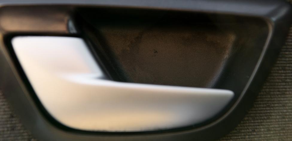 Alig-alig látható egy kis kopás a vezetőoldali  ajtónyitó mögötti műanyagon.