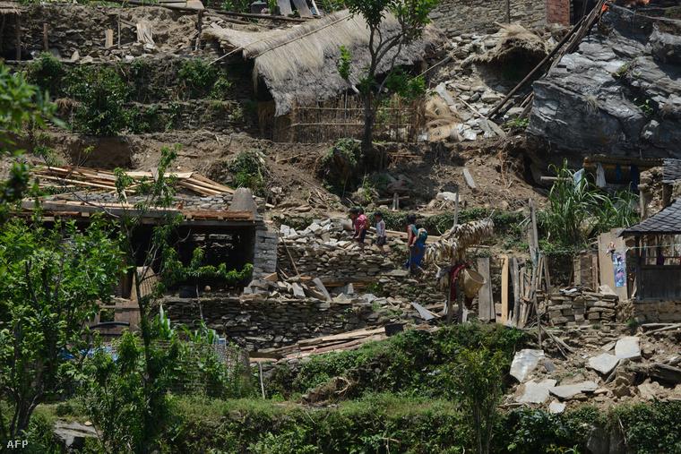 A földrengés teljesen lerombolta a magasabban fekvő nepáli falvakat.
