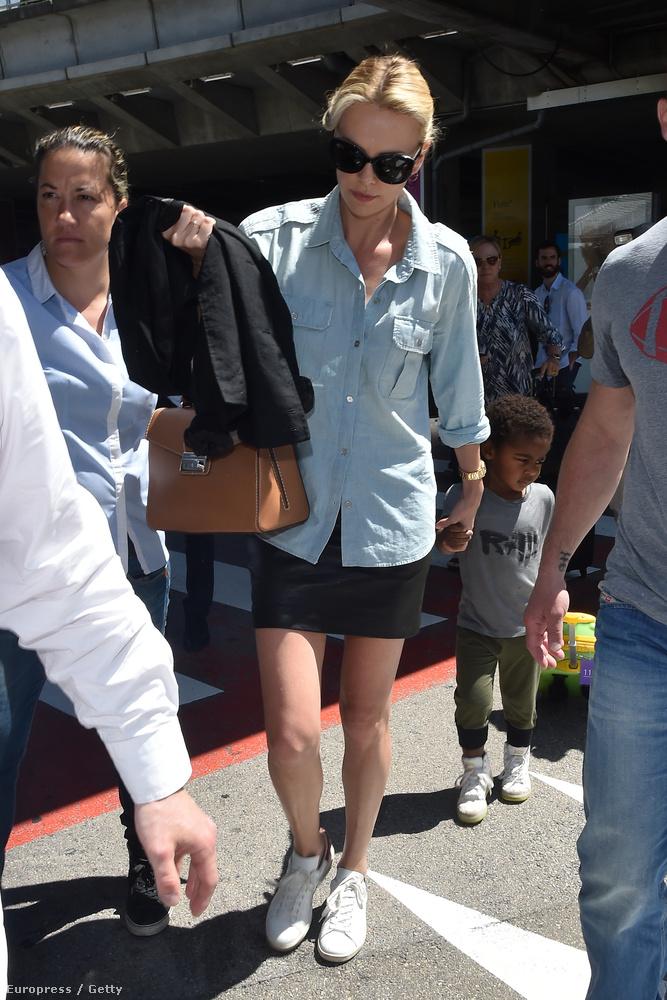 A dél-afrikai származású színésznő laza szettben érkezett a nizzai repülőtérre, élete szerelme, Sean Penn nem tartott vele