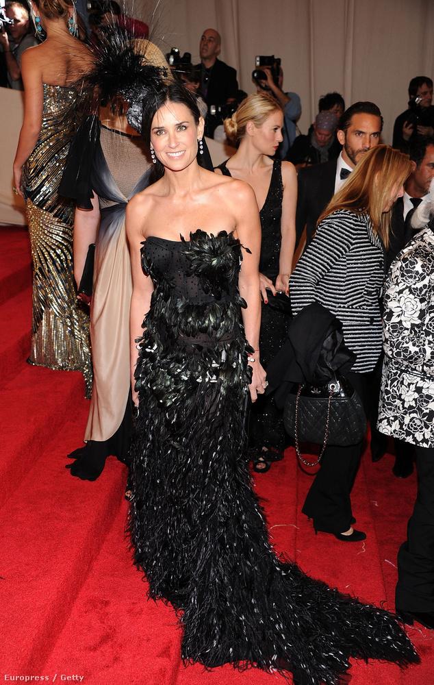 Márpedig láttuk már néhány gyönyörű öltözetben: itt például a 2011-es MET bálon.