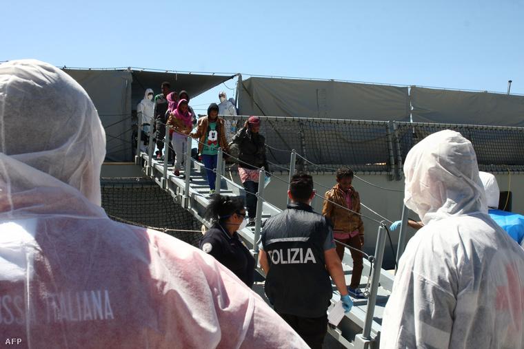 Menekültek szállnak le a német hadsereg mentőhajójáról Olaszországban.