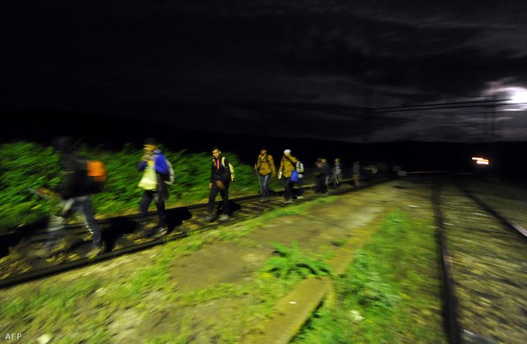 Menekültek menetelnek a sínek mentén Macedóniában.