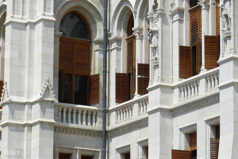 Egyébként megpróbáltuk kideríteni, hogy hány ablak van a Parlamenten, de hivatalos oldalain sajnos nem szerepel a megfejtés