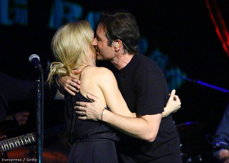 Bármennyire is szeretné az egész világ, hogy ezek ketten végre egymáséi legyenek, ez itt csak egy baráti csók volt.