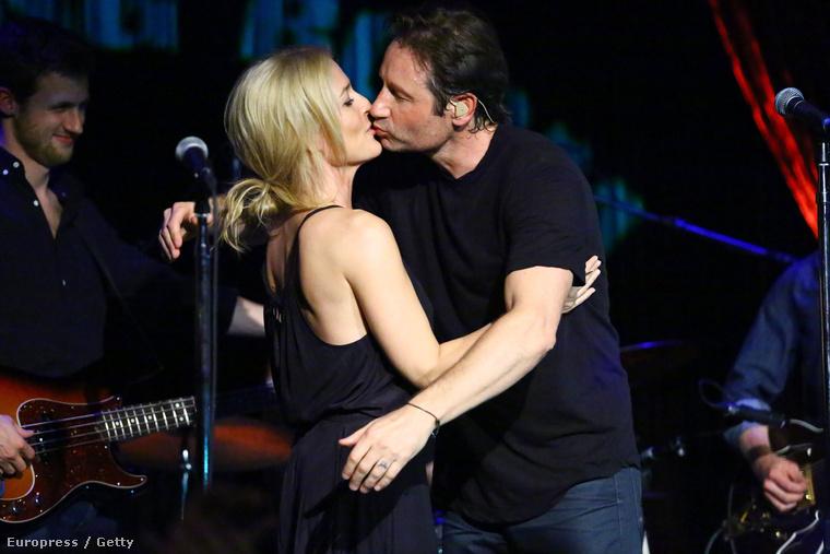 Igen, jól látja, ez itt egy igazi csók David Duchovny és Gillian Anderson közt