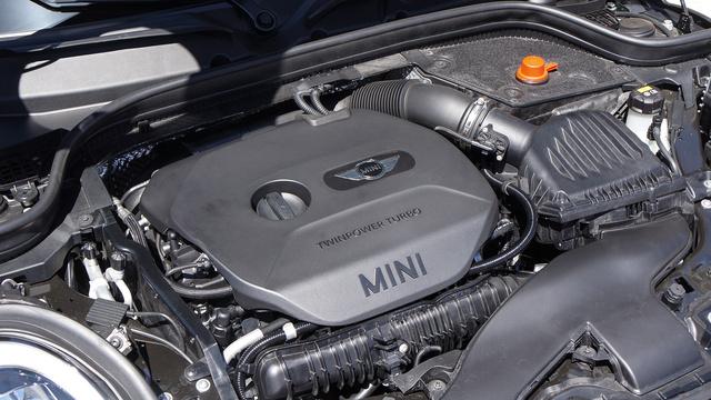 A BMW legjobb négyhengeres benzinmotorja úgynevezett kettős megfúvású turbóval készül. Ez azt jelenti, hogy két-két hengertől külön csatornán érkezik a kipufogógáz a turbinához. Így kisebb a késedelem, illetve inkább nincs is. Van viszont nyomaték 320 newtonméterrel még az 5-ös BMW is korrekt autó tud lenni. Hát még ez