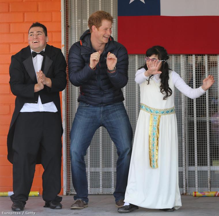 Ez a kép némileg kivétel, ez ugyanis tavaly készült Chilében, ami nem volt a gyarmatbirodalom része, viszont Harry herceg egy dél-amerikai jótékonysági túrán járt erre
