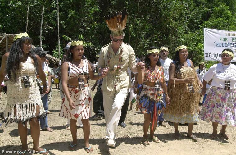 Amikor a brit királyi család tagjai az egykori gyarmatbirodalom országait látogatják, akkor a lakossággal általában úgy találkoznak, hogy táncolnak egyet a helyiekkel