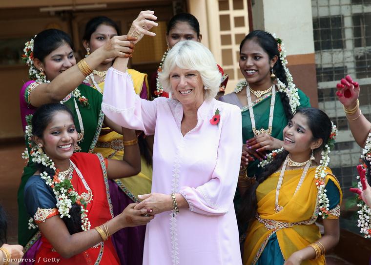 Károly herceg második felesége, Kamilla hercegné 2013-ban járt Indiában, ahol helyi árvákkal táncolt