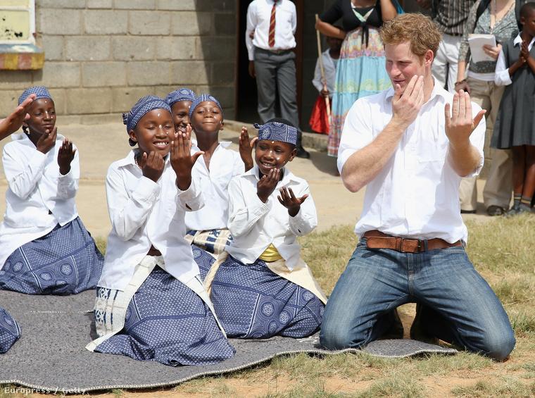 Szintén jótékonysági úton járt 2013-ban Lesothóban, ahol siket gyerekekkel lejtett táncot.