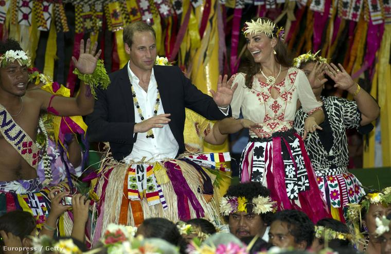 Természetesen a fiatalok is tartják a szokást, itt Vilmos herceg és Katalin hercegné láthatóak 2012-es, tuvalui útjukon.
