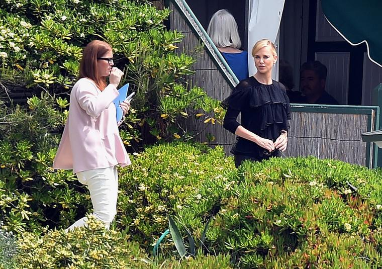 Charlize Theron csak annyit tett, hogy felvett egy szűk, bőr hatású fekete nadrágot