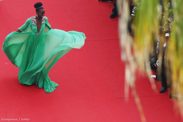 Az egyik legjobb kép viszont egyértelműen Lupita Nyong'o-ról készült, aki konkrétan belebegett a filmfesztivál vörös szőnyegén