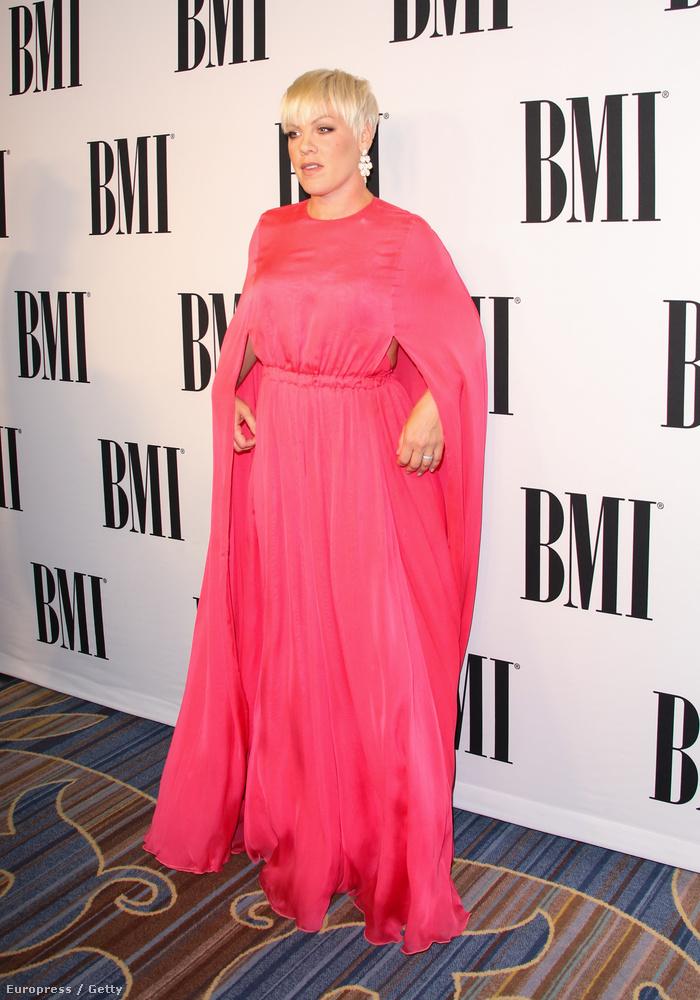 És még annál is jobb lenne, ha a a pink ruhája gyakorlatilag egy ronda zsák lenne, ami embernek nem áll jól