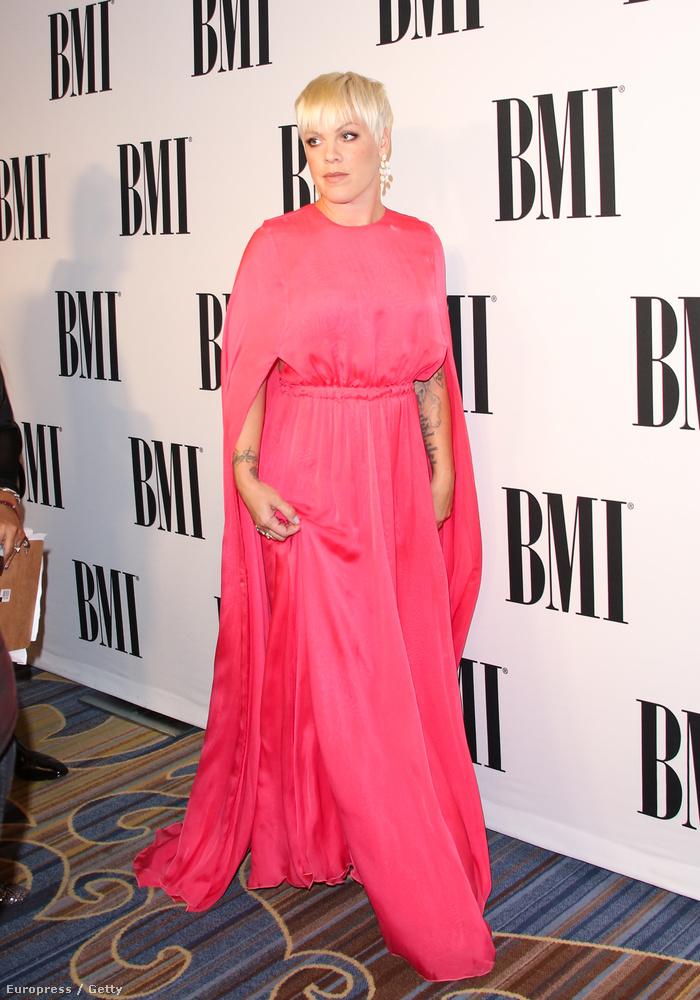 Gondolom Pink úgy kel fel reggel, hogy milyen eredeti ötlet lenne pink színű ruhában elmenni a díjátadóra