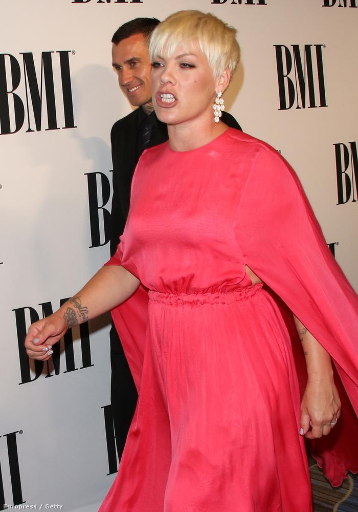 De nagyon úgy néz ki, hogy az énekesnő meglátott valami számára nem tetsző dolgot, és mérgesen elindult felé, hogy lerendezze...
