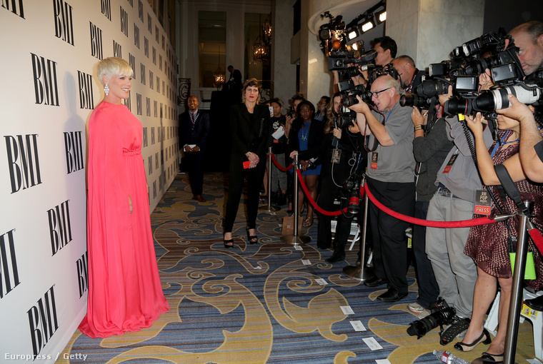 Az énekesnő a BMI zenei díjátadón jelent meg egy közel sem előnyös ruhában