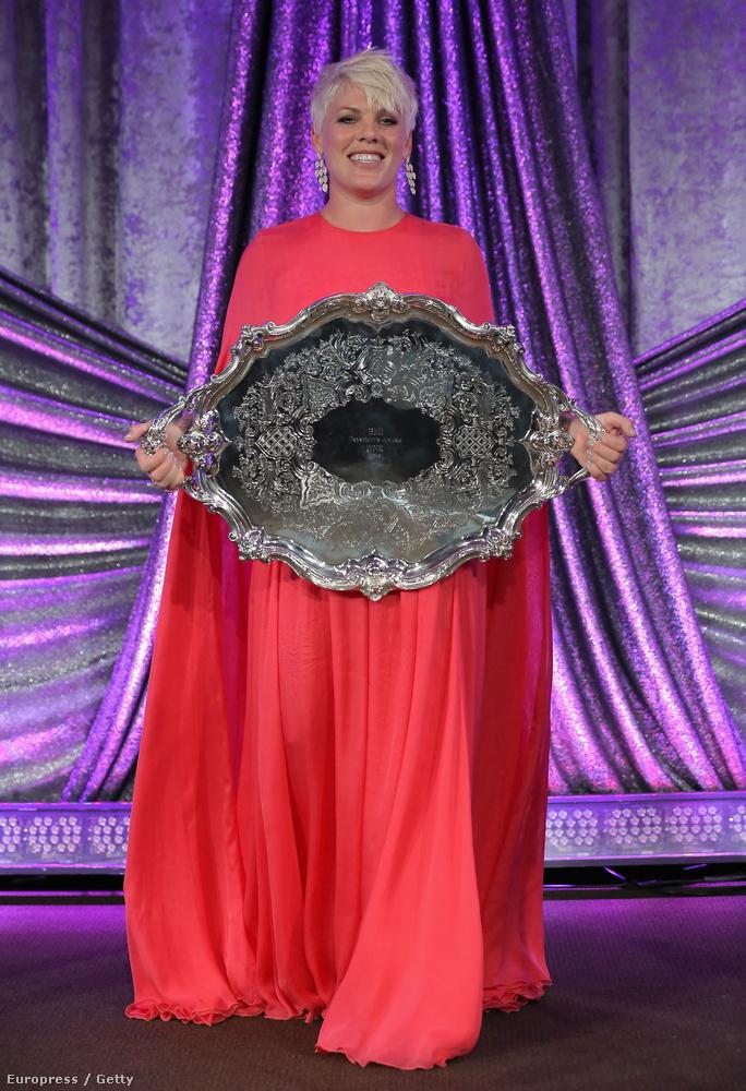 És bár a tálcát megszerezte (ami nyilván egy díj, és a BMI legnagyobb elismerése), azt hiszem nem ez volt Pink legjobb estéje