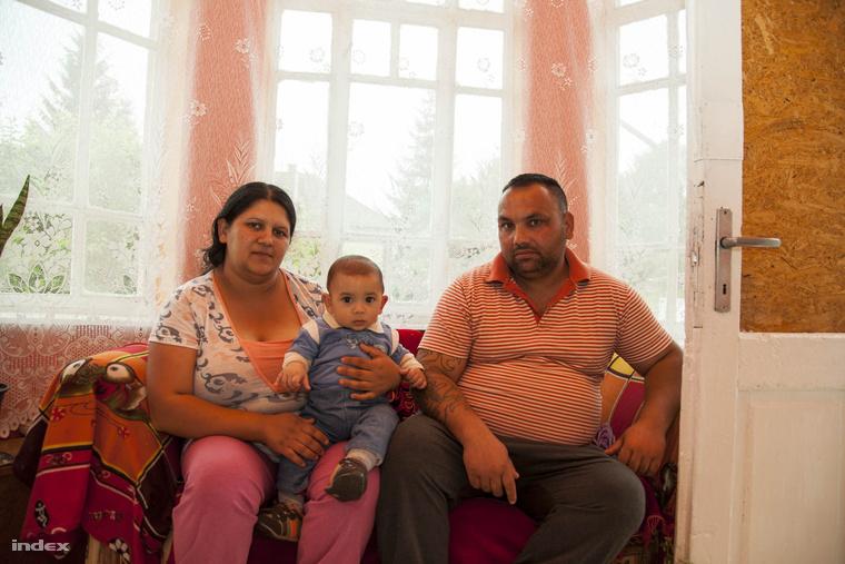 Gulyás Róbert és élettársa a legkisebb gyermekükkel