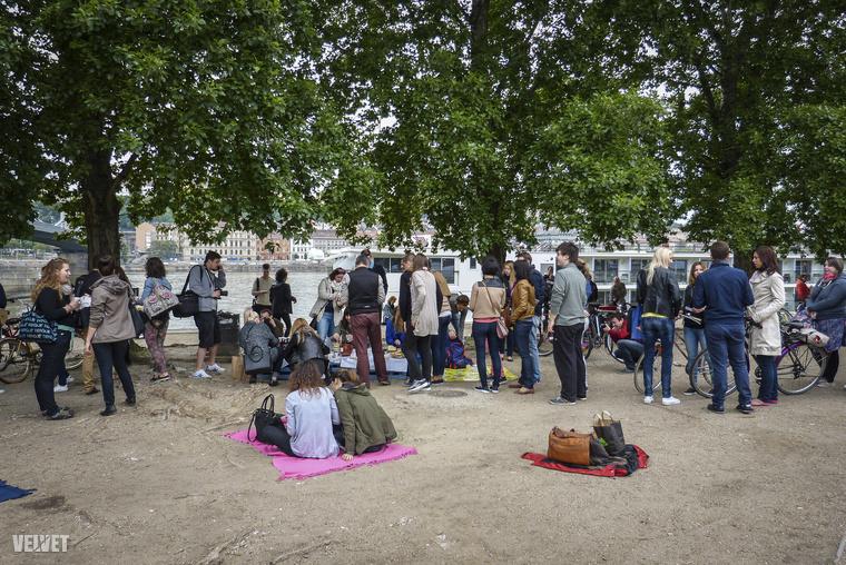 Az eseményt a Facebookon szervezte a Drunken Kitchen, de aztán sokan mások is beszálltak, voltak, akik bicikliket ellenőriztek, míg a tulajdonos reggelizett.